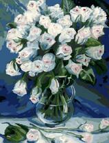 Белые тюльпаны в стеклянной вазе
