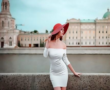 Картина по номерам 40x50 Девушка в красной шляпе и белом платье на крыше