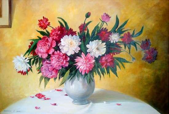 Картина по номерам 40x50 Лепестки на столе от букета в вазе